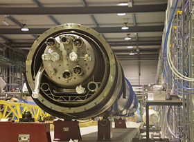 2号线路(测试台)装配期间,15米双极磁体安放在SM18上
