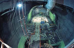 土木工程师正为ATLAS探测器工作