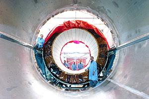 将ATLAS电磁量能器的第一个半筒装入低温器中