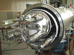 LHC的短直管路低温器内的物体降温