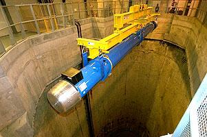 第一块双极超导磁体放入LHC隧道
