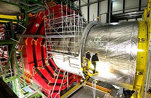 将CMS的螺线管磁体装入低温室