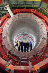 CERN CMI小组和Saclay成员站在CMS真空室内