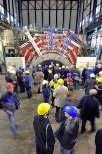 CMS探测器的核心部分在引人注目的10小时地下安放过程中
