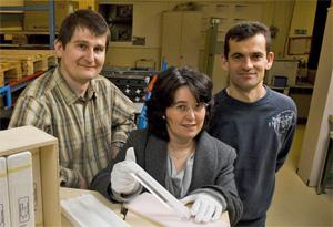 晶体检验小组成员在CERN展示CMS电磁量能器筒的最后一块晶体