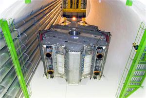 ATLAS的环型磁体在放入洞窟前进行准备