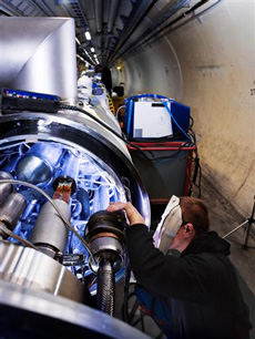 焊接LHC的最后一个连接部位