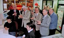 CERN管理层成员与INFN和Ansaldo Energia的代表为LHC的全尺寸双极磁体成功测试鼓掌
