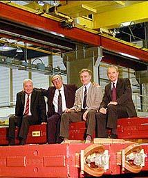 Lyn Evans、Luciano Maiani(CERN总负责人)、Alexander Skrinsky、Kurt Hubner坐在360块双极磁体和180块四极磁体中的最后一块上,磁体运自俄罗斯新西伯利亚